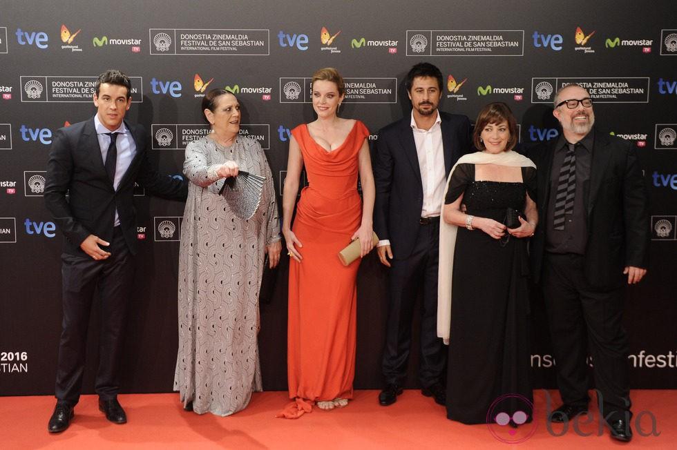Mario Casas, Terele Pávez, Carolina Bang, Hugo Silva, Carmen Maura y Álex de la Iglesia en el Festival de San Sebastián 2013