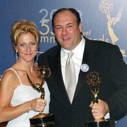 James Gandolfini y Edie Falco posando con sus Emmy
