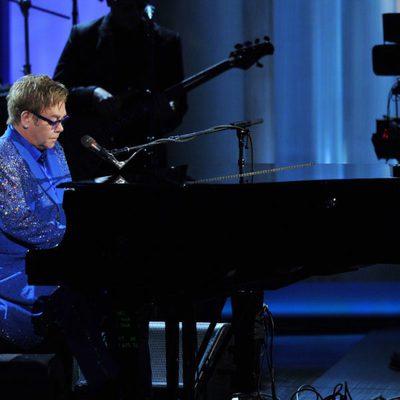 Elton John actuando en la gala de los Premios Emmy 2013