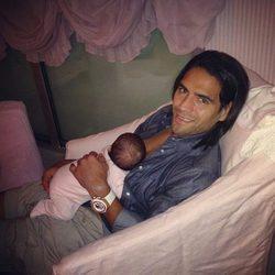 Radamel Falcao con su hija Dominique dumiendo sobre su pecho