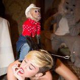 Miley Cyrus hace 'twerking' con el mono Don