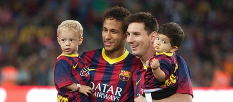Leo Messi y Neymar con sus hijos Thiago y David Lucca, respectivamente, en el Camp Nou