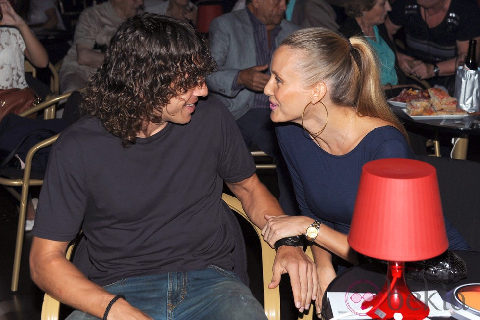 Carles Puyol y Vanesa Lorenzo, muy cómplices en el estreno de 'The Hole' en Barcelona