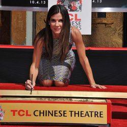 Sandra Bullock plasma sus huellas en el Teatro Chino de Los Angeles