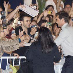 Hugh Jackman firma autógrafos a su llegada al Festival de San Sebastián 2013
