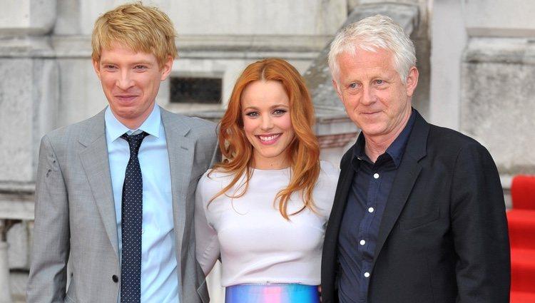 Domhnall Gleeson, Rachel McAdams y Richard Curtis en el estreno de 'Una cuestión de tiempo' en Londres