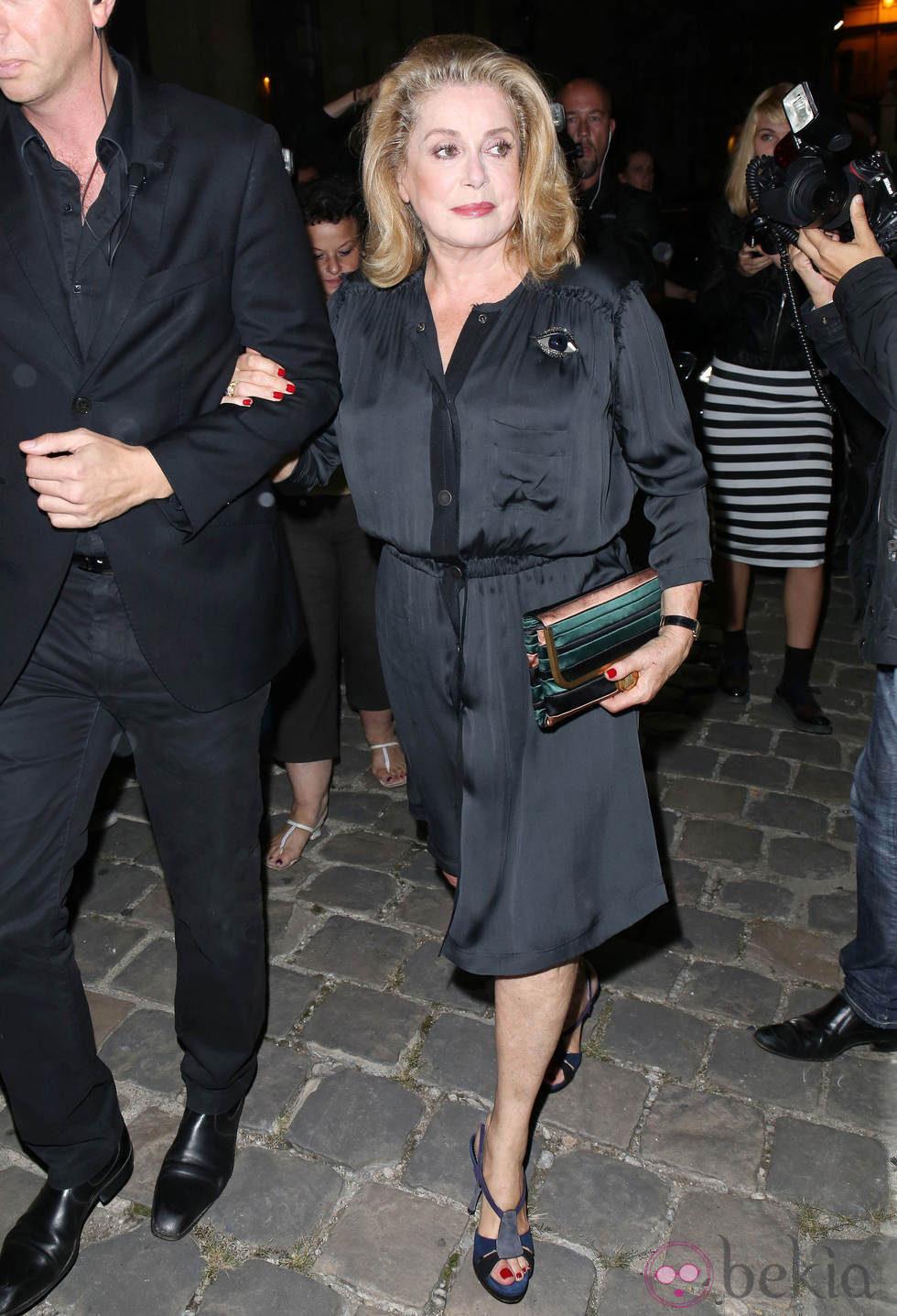 Catherine Deneuve en la Semana de la Moda de París primavera/verano 2014