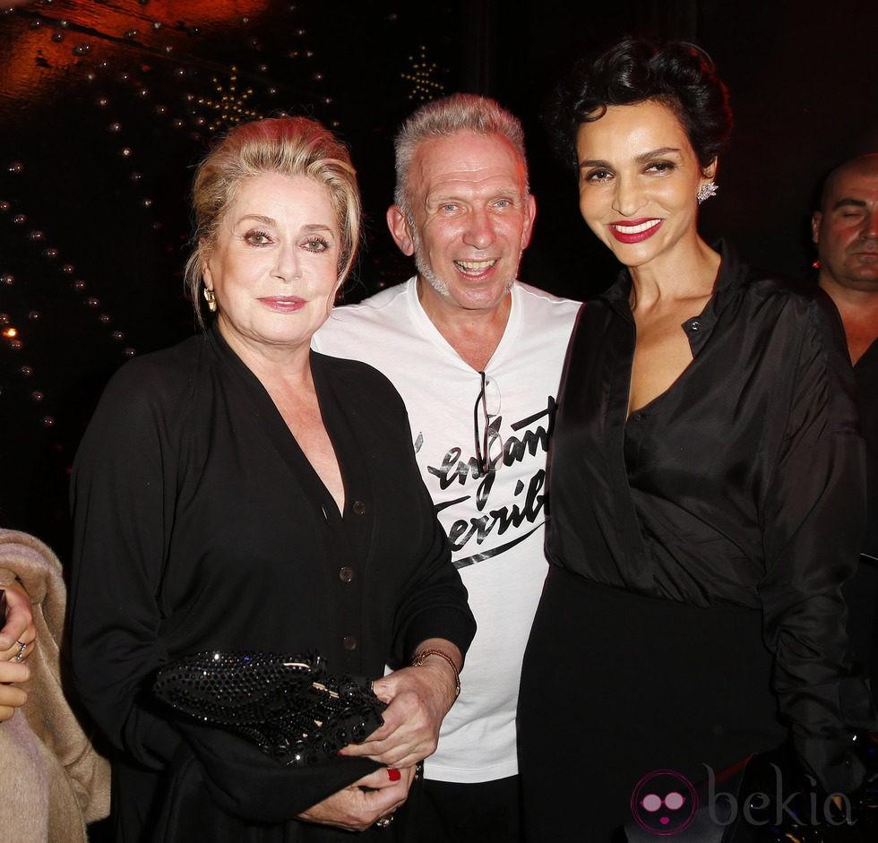 Catherine Deneuve, Jean Paul Gaultier y Nabilla Benattia en el desfile de Jean Paul Gaultier en la Semana de la Moda de París primavera/verano 2014