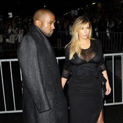 Kanye West y Kim Kardashian en el desfile de Givenchy en la Semana de la Moda de París primavera/verano 2014