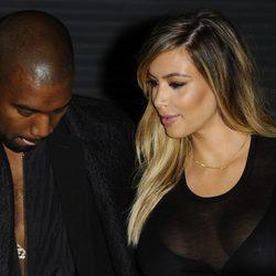 Kanye West y Kim Kardashian conversan en el desfile de Givenchy en la Semana de la Moda de París primavera/verano 2014