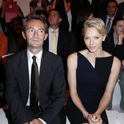 Peter Kriemler y Charlene de Mónaco en el desfile de Akris en la Semana de la Moda de París primavera/verano 2014