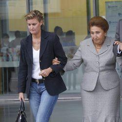 María Zurita y la Infanta Margarita saliendo del Hospital Quirón de Madrid
