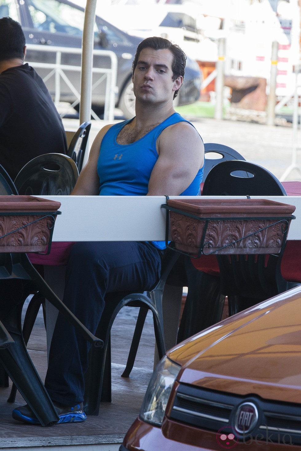 Henry Cavill esperando su comida en el rodaje en Nápoles de 'The man from U.N.C.L.E'