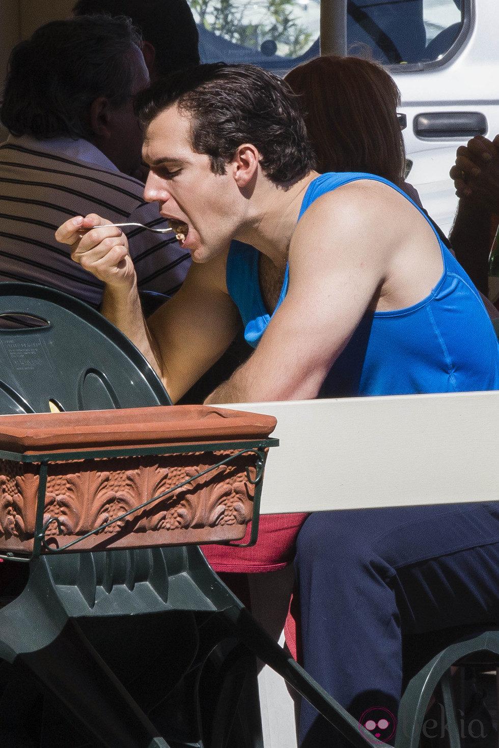 Henry Cavill comiendo en un restaurante en el rodaje en Nápoles de 'The man from U.N.C.L.E'