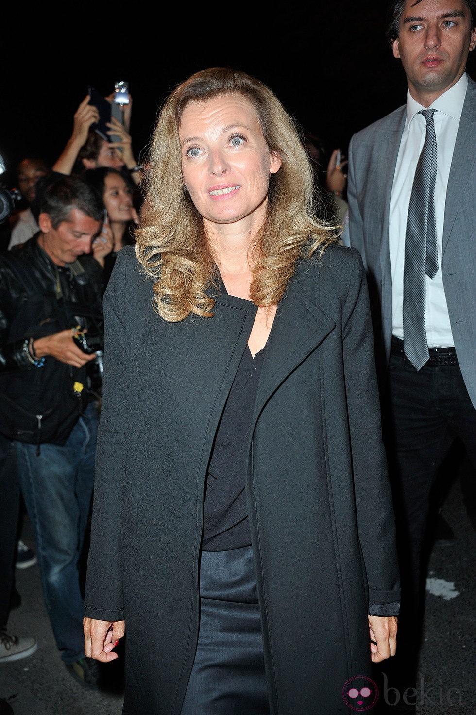 Valérie Trierweiler en el desfile de Yves Saint Laurent en la Semana de la Moda de París primavera/verano 2014