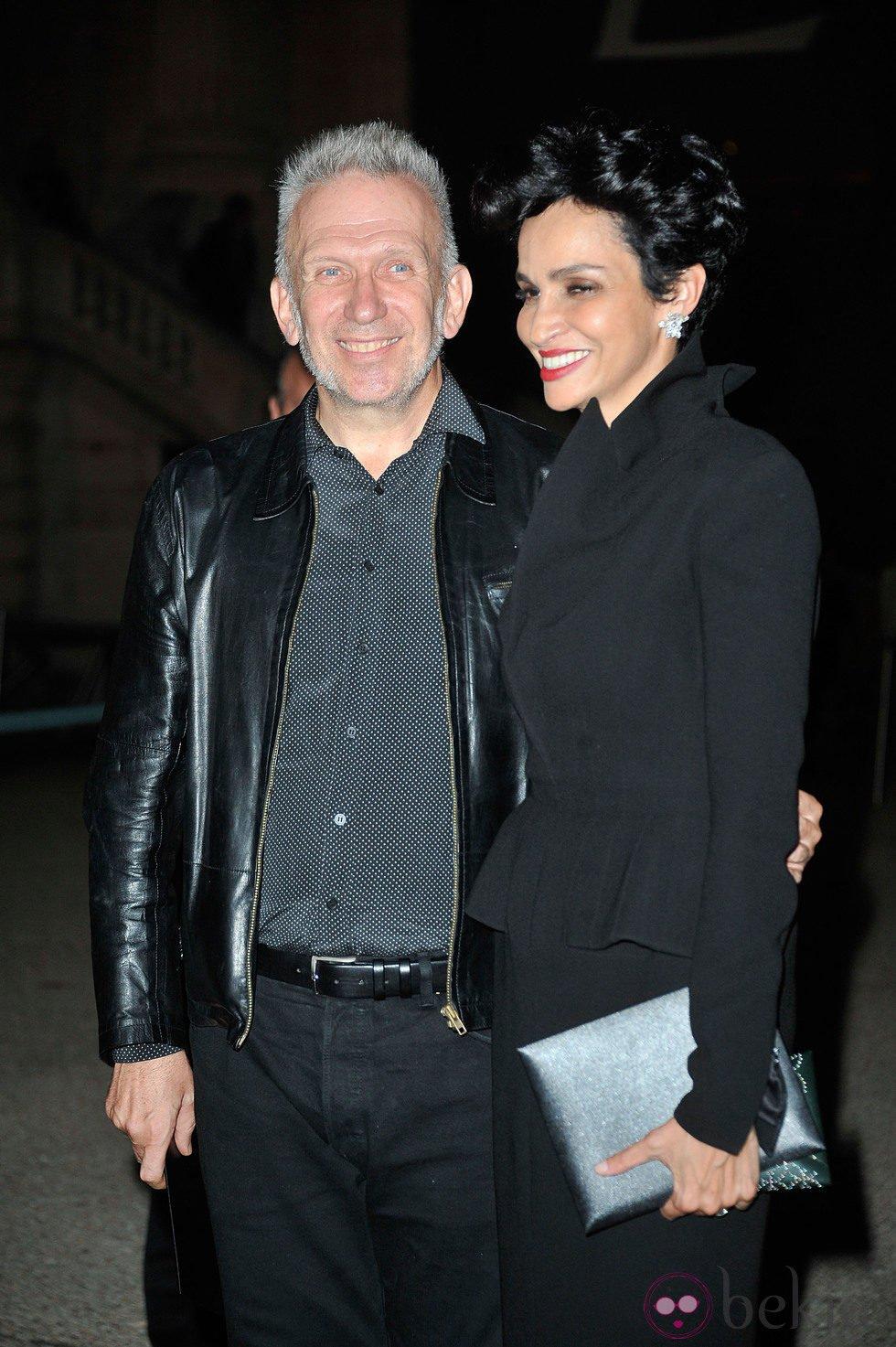 Jean-Paul Gaultier y Farida Khelfa en el desfile de Yves Saint Laurent en la Semana de la Moda de París primavera/verano 2014