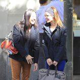 Raquel Sánchez Silva y una amiga ríen divertidas en la calle