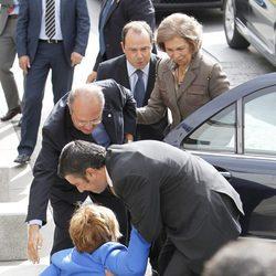 Celia Villalobos se cae antes de recibir a la Reina Sofía en el Día de la Banderita 2013
