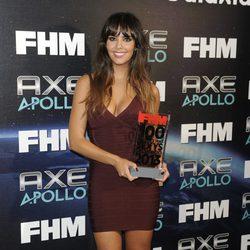 Cristina Pedroche con su premio a la Mujer más sexy del mundo 2013