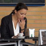 Chenoa se toma un café y fuma un cigarro en Sevilla
