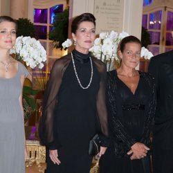 Carolina y Estefanía de Mónaco con Andrea y Carlota Casiraghi en una cena de gala