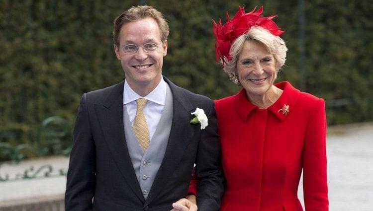 Jaime de Borbón-Parma del brazo de su madre Irene de Holanda en su boda