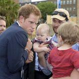 El Príncipe Harry bromea con un niño durante su visita a Australia
