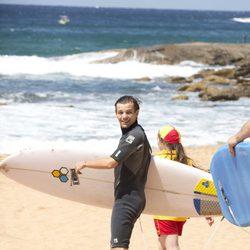 Louis Tomlinson haciendo surf en Sidney