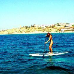Bar Refaeli practicando paddle boarding en Israel