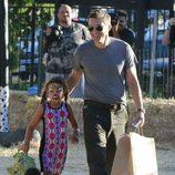 Olivier Martínez reaparece tras ser padre con Nahla Aubry en el parque de calabazas