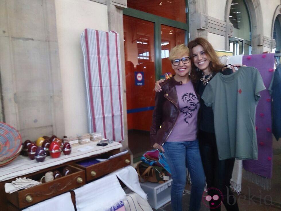 Raquel Sánchez Silva con Ana Aladro en un mercadillo en Gijón