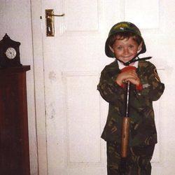 Niall Horan disfrazado de soldadito cuando era pequeño