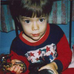 Harry Styles jugando con sus juguetes cuando era pequeño