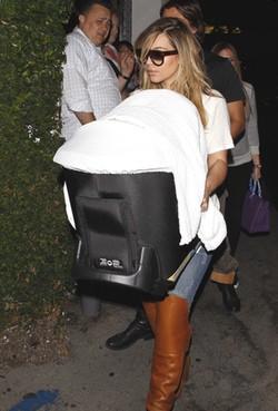 Kim Kardashian con su hija North West en el portabebés en Los Ángeles