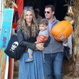 Molly Sims y Scott Stuber con su hijo Brooks en el Pumpkins Patch de Los Ángeles