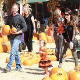 Ian Ziering con su mujer Erin Kristine Ludwig y sus hijas Mia y Penna en el Pumpkins Patch de Los Ángeles