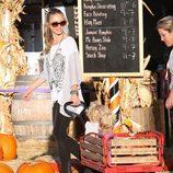 Rebecca Gayheart con sus hijas Billie y Georgia Dean en el en el Pumpkins Patch de Los Ángeles