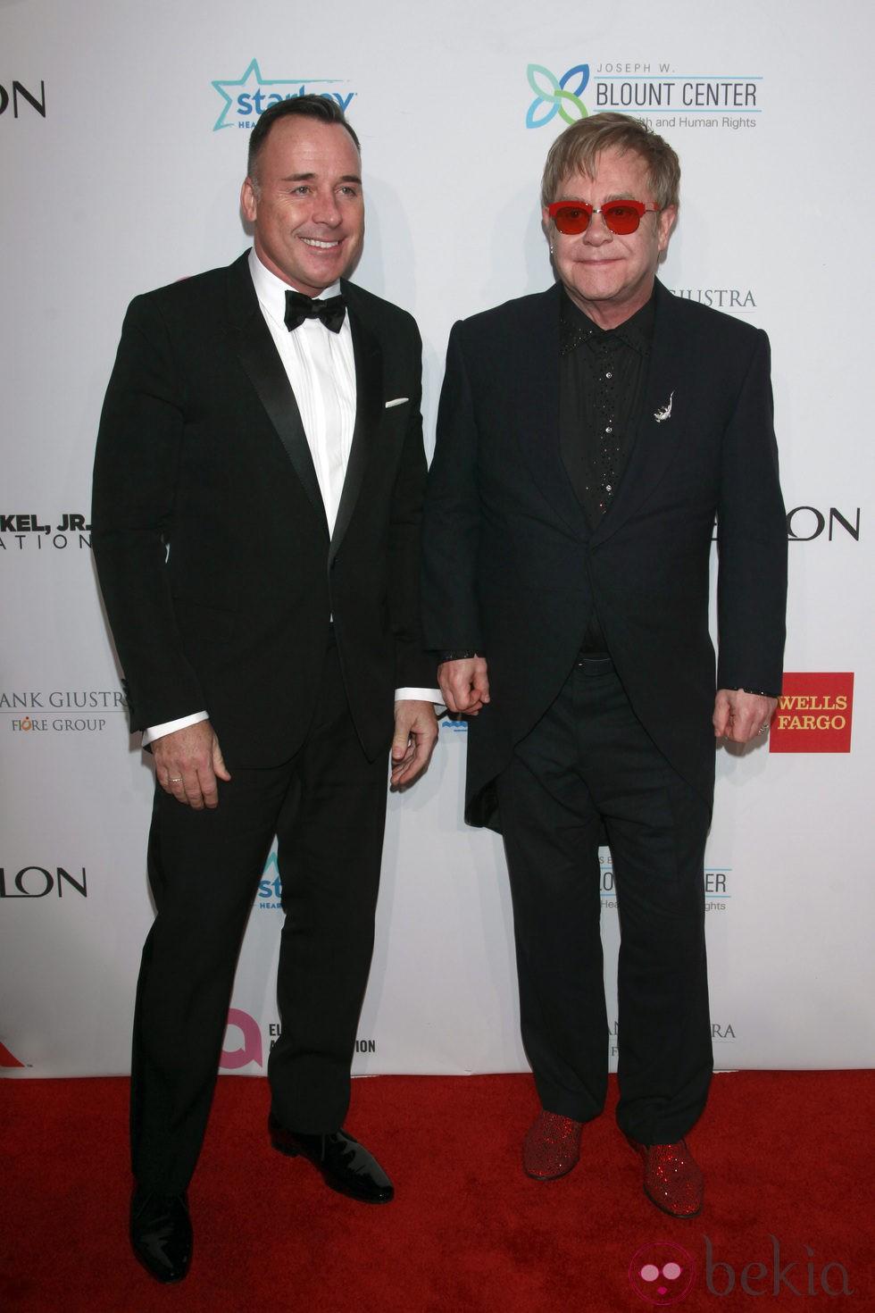 Elton John y David Furnish en una ceremonia de la Fundación contra el Sida del artista