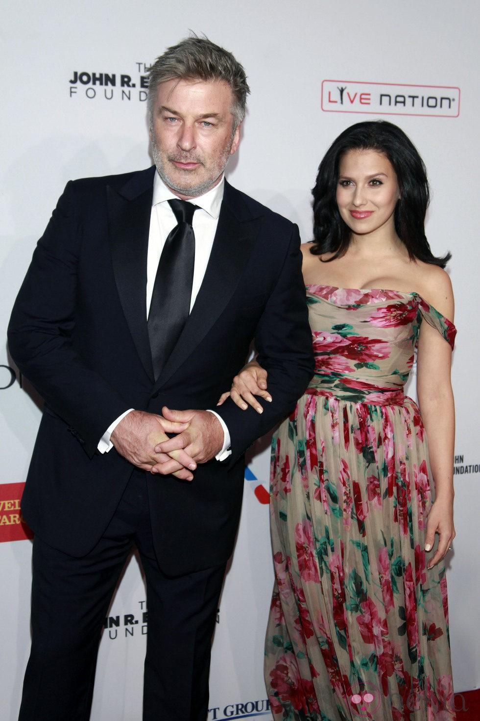 Hilaria Thomas y Alec Baldwin en una gala de la Fundación de Elton John