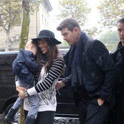 Robin Thicke y Paula Patton con su hijo Julian bajo la lluvia en París