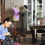 Adriana Ugarte y Elvira Mínguez en una escena de 'El tiempo entre costuras'