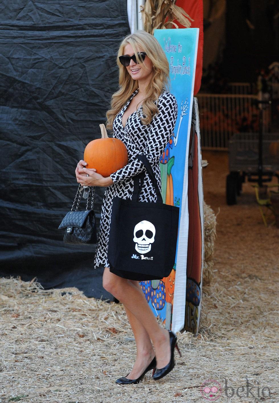 Paris Hilton posa con su calabaza en el Mr. Bones Pumpkin Patch de Los Angeles