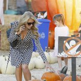 Paris Hilton seleccionando calabazas en el Mr. Bones Pumpkin Patch de Los Angeles