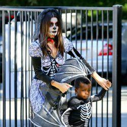 Sandra Bullock y su hijo en una fiesta de disfraces