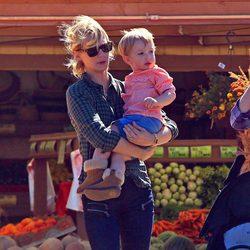 January Jones con su hijo Xander Dane en una granja de calabazas