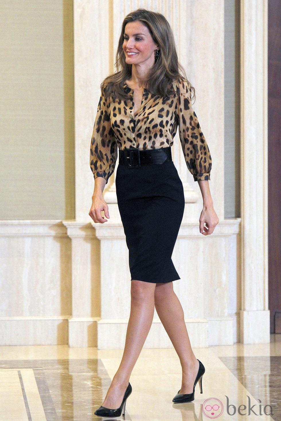 La Princesa Letizia con un look animal print en una audiencia en Zarzuela