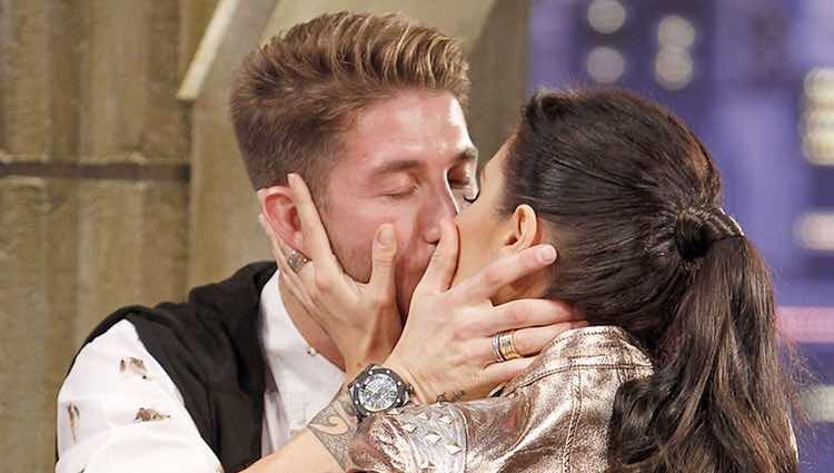 Sergio Ramos y Pilar Rubio besándose en 'El hormiguero'