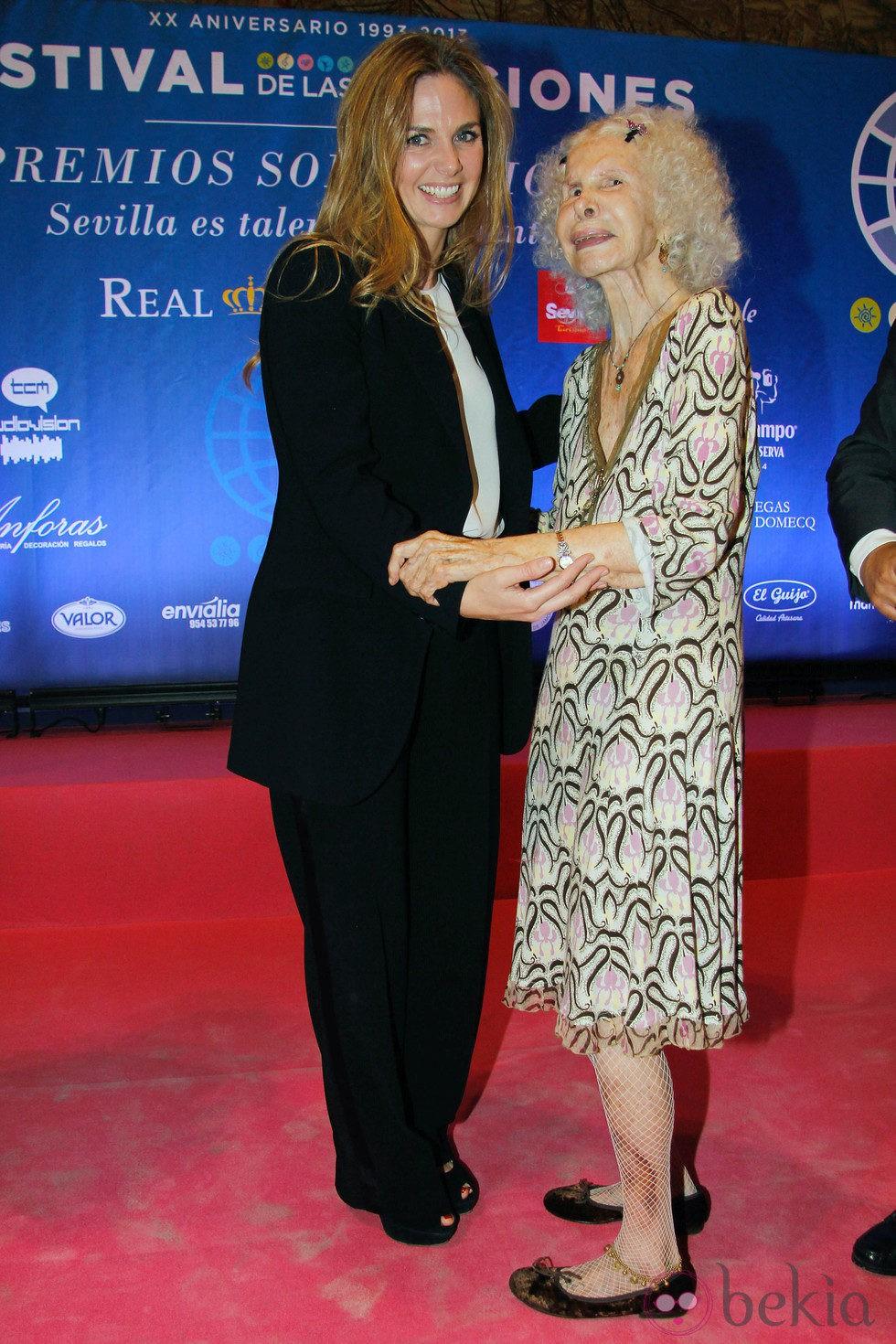 La Duquesa de Alba entrega a Genoveva Casanova el Premio Solidario del Festival de las Naciones 2013