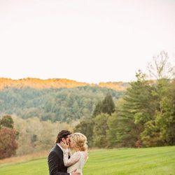 Kelly Clarkson y Brandon Blackstock se besan en su boda
