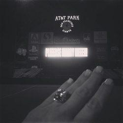 Mano de Kim Kardashian con su anillo de compromiso